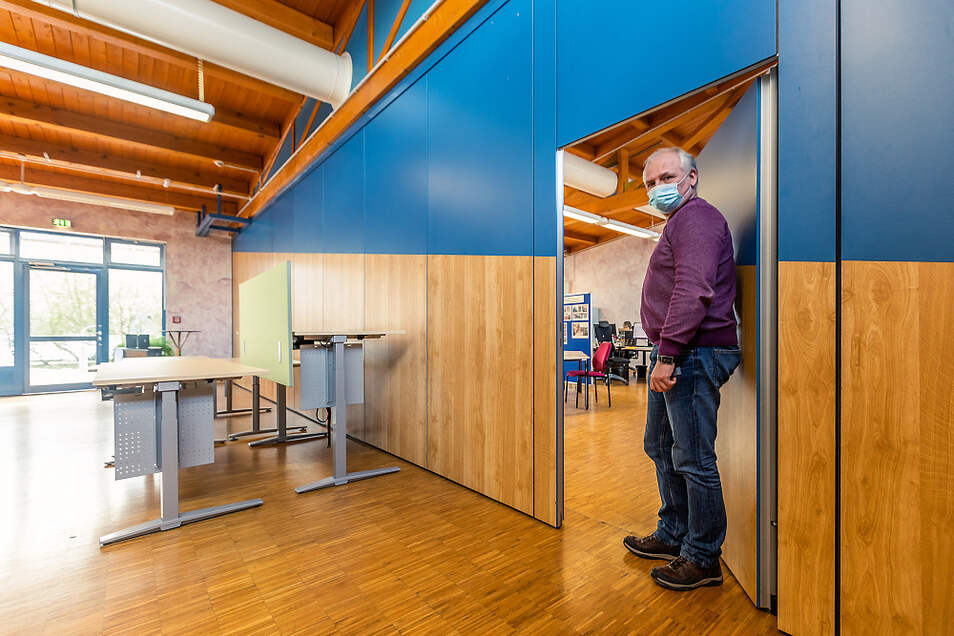 Dieser Saal, derzeit mit Schreibtischen ausgestattet, wird demnächst Platz für 24 Mitarbeiter bieten, die in der Produktion tätig sind. Werkstattleiter Roland Mickel kennt die Möglichkeiten vor Ort gut.