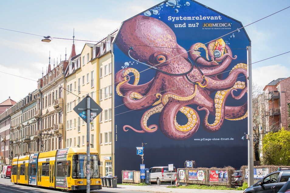 Der riesige Tintenfisch in Dresden-Neustadt hört mit einem Stethoskop ein Herz in einem Edelstein ab.