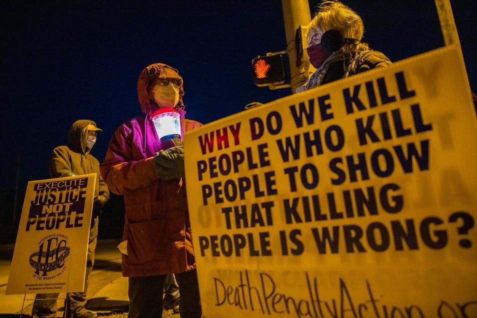 USA, Bloomington: Protest gegen die Hinrichtung von Lisa Montgomery im Gefängnis in Terre Haute im US-Bundesstaat Indiana.