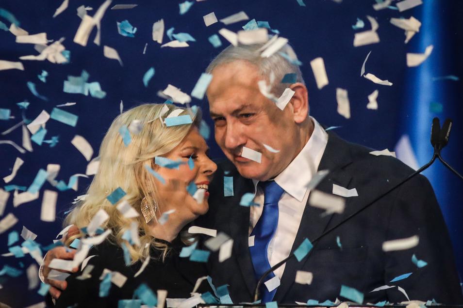 Benjamin Netanjahu, Ministerpräsident von Israel, umarmt seine Frau Sara. Die konservative Likud-Partei des Regierungschefs Netanjahu ist bei Israels dritter Parlamentswahl binnen eines Jahres nach Prognosen stärkste Kraft geworden.