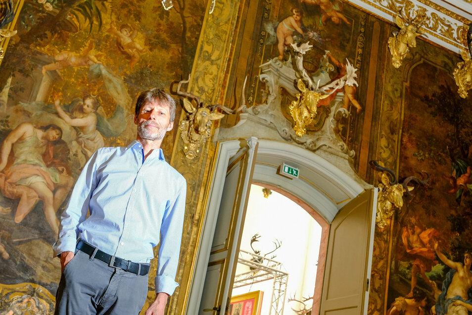 Der Herr der Geweihe. Ralf Giermann, wissenschaftlicher Mitarbeiter im Schloss Moritzburg, kennt alle der gut 250 Geweihe der dortigen Sammlung. Hier steht er im Monströsensaal, in dem Geweihe mit Fehlbildungen zu sehen sind.