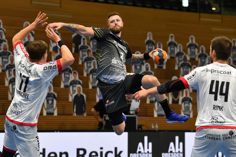 Die Zeit mit den Pappkameraden auf den Tribünen ist vorbei. Auch Dresdens Handballer, hier mit Mindaugas Dumcius, dürfen wieder vor Zuschauern spielen. Nur verläuft die Rückkehr der Fans bislang verhalten – nicht nur beim HC Elbflorenz.
