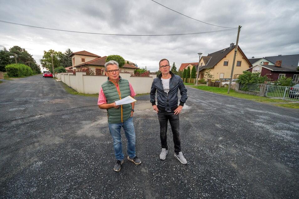 Frieder Zschätzsch (l.) und Jörg Reinicke auf der Dr.-Kurt-Fischer-Straße in Riesa-Poppitz.