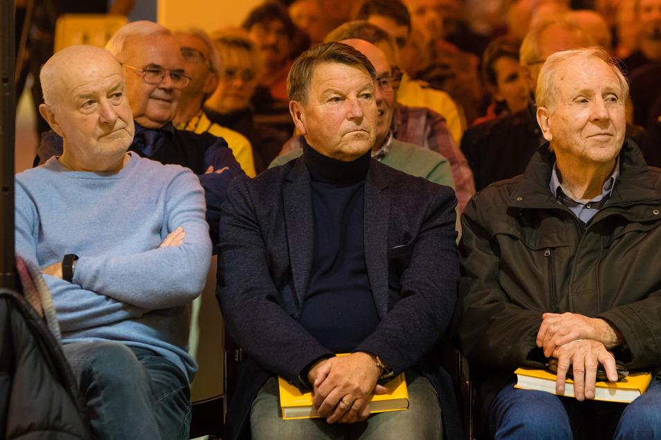 Dynamo-Legenden in der ersten Reihe: Hans-Jürgen Kreische, Hans-Jürgen Dörner und Klaus Sammer (v. l.).