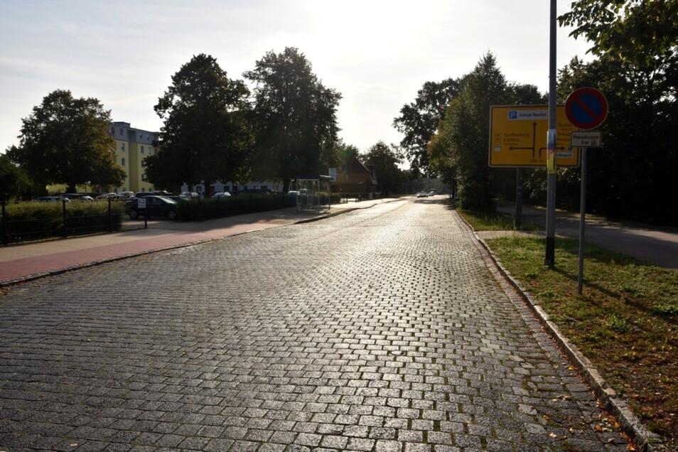 Die Alte Berliner Straße ist Teil der wichtigsten Neustadt-Altstadt-Verbindung. Das Kopfsteinpflaster soll unter einer glatten Schicht verschwinden.
