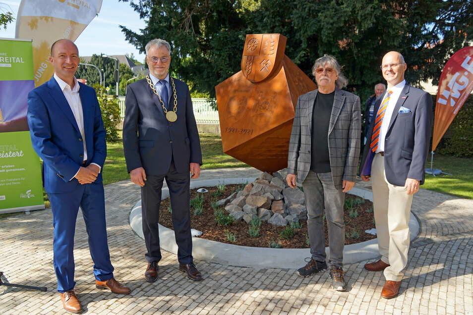 WGF-Geschäftsführer Henryk Eismann, Oberbürgermeister Uwe Rumberg, Metallgestalter Eckhardt Göhlert und Falk Walther vom Verein der selbständigen Handwerker (v.l.n.r.) stehen vor dem neuen Kunstobjekt.