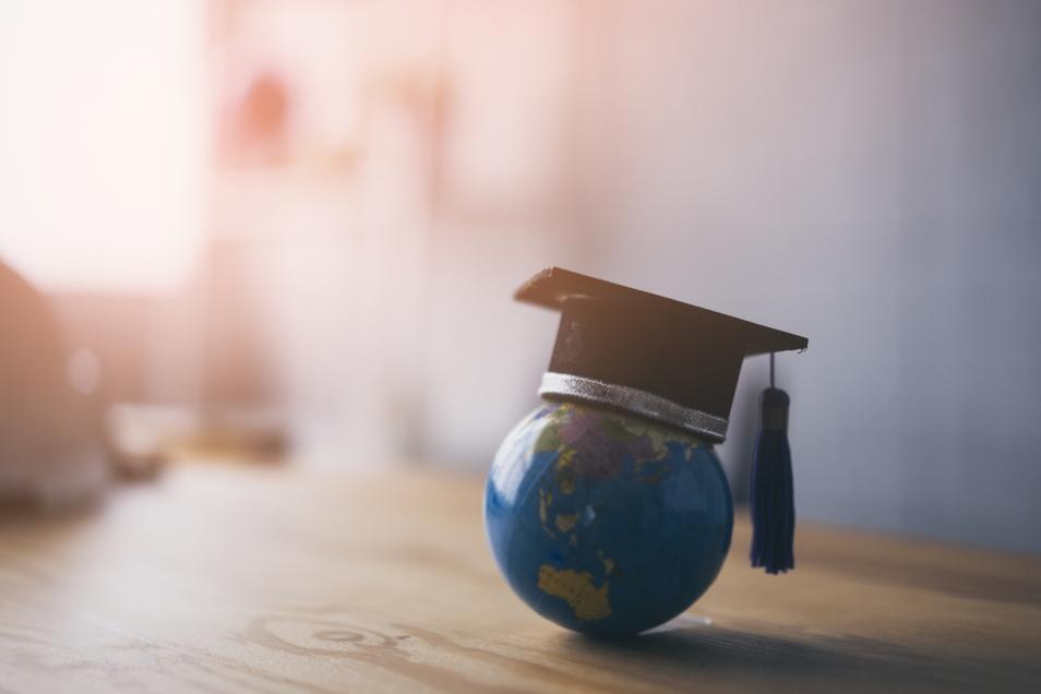 Wichtig für internationale Bewerber: Eine Ausbildung im Ausland muss in Deutschland gegebenenfalls erst anerkannt werden. Hierfür wurde das Informationsportal der Bundesregierung überarbeitet.