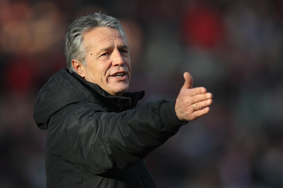 So müsst ihr spielen. Trainer Uwe Neuhaus gibt bei Arminia Bielefeld weiter die Strategie und Taktik vor.