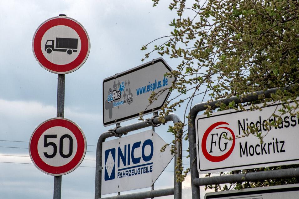 Die Straße durch Obergoseln ist durch ein Verbotsschild für den Lkw-Verkehr gesperrt.