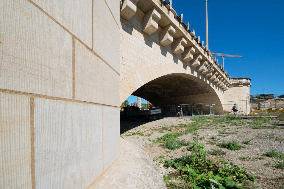 Der achte Bogen ist der einzige auf der Augustusbrücke, der aufgrund seiner starken Schäden komplett mit neuem Sandstein verkleidet werden musste.