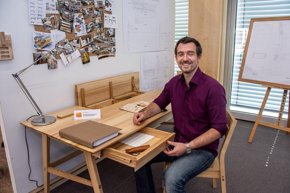 Sebastian Timmels Meisterstück ist aus Vollholz gebaut: ein Schreibtisch mit drei Vollauszügen, einem Geheimfach und Scharnieren aus Holz samt passendem Stuhl. Das zeitlos schöne Ensemble ist auch für den sächsischen Meisterpreis im Tischlerhandwerk nominiert worden.