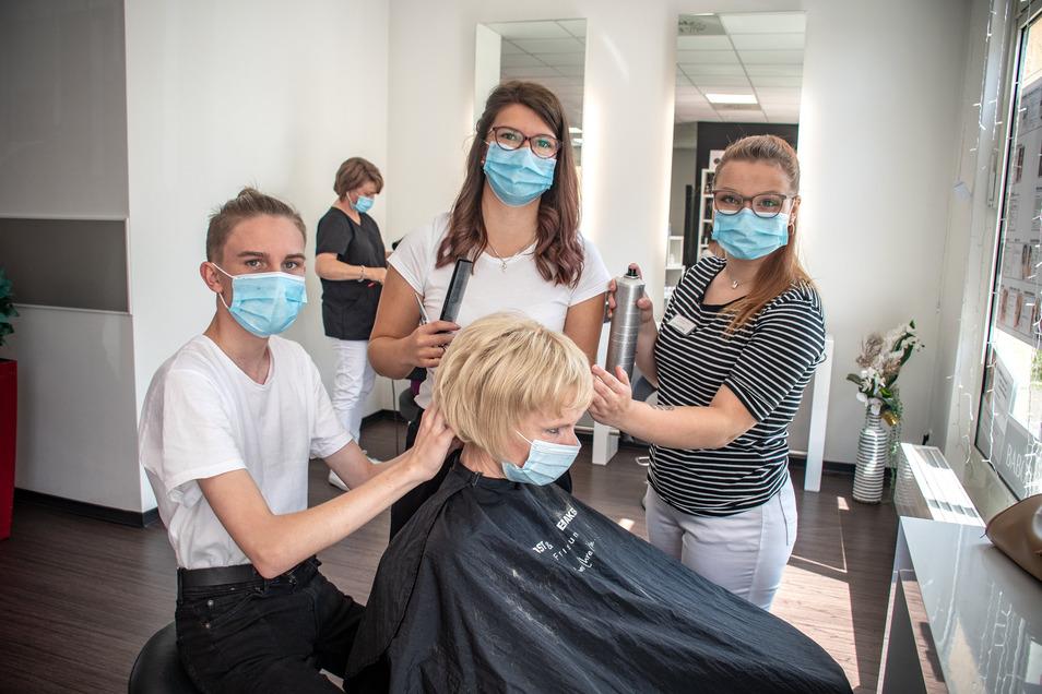 Moritz Hyer (links), Loreen Reinhardt und Emily Luise Seeger lernen derzeit bei Rost & Hödemaker Friseure und Kosmetik in Döbeln. Nun werden weitere Azubis gesucht - trotz Corona.
