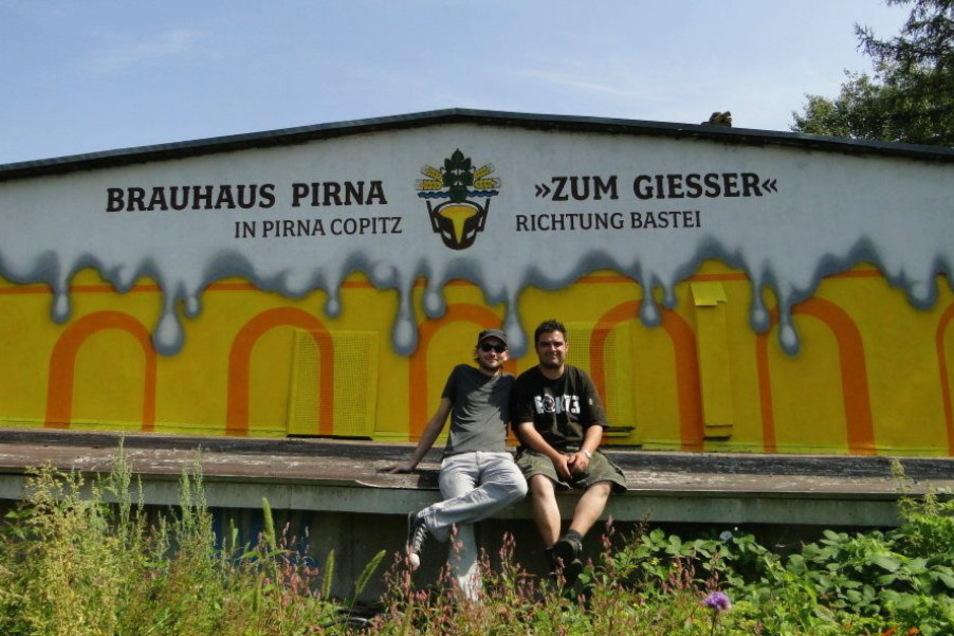 Ein gigantisches Bierglas als Werbung an der Brückenstraße in Pirna.
