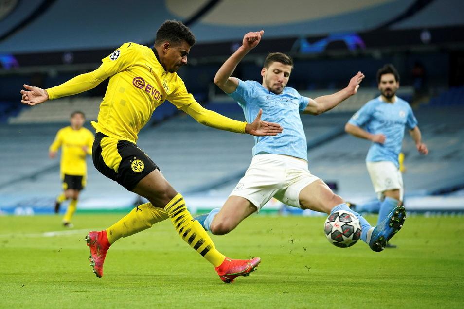 Dortmunds Youngster Ansgar Kanuff (l) bei seinem Startelfdebüt in Aktion gegen Manchester Citys Ruben Dias.
