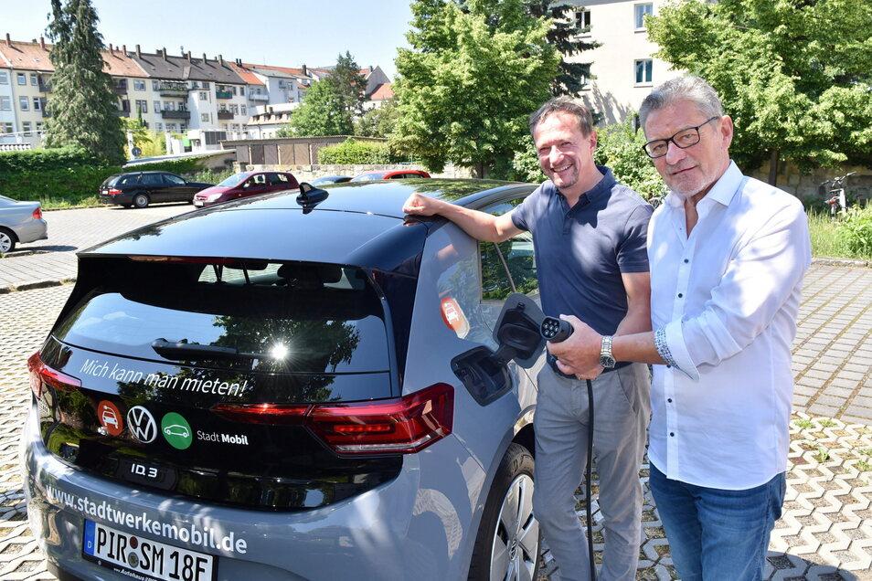 Stadtwerke-Chef Peter Kochan (l.), Pirnas OB Klaus-Peter Hanke, neues E-Auto: Bald kann jedermann damit fahren.