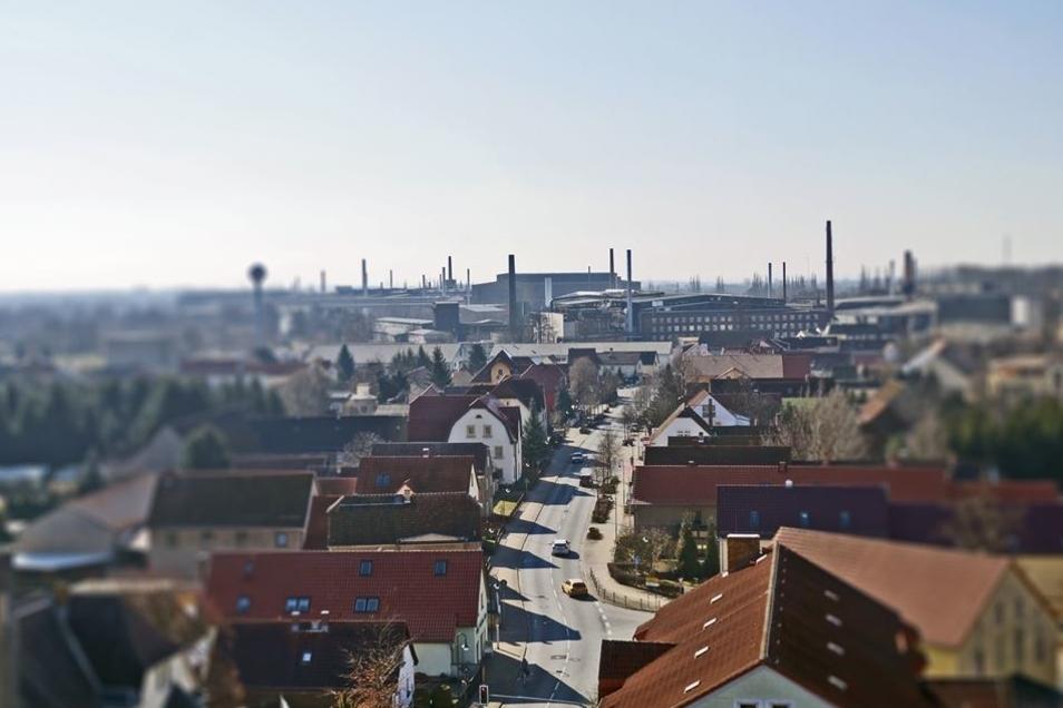 Die Gröditzer Hauptstraße Ende Februar 2015 vom Turm der Evangelischen Kirche mit Blickrichtung nach Südwesten zum Stahlwerk. Von dort aus entwickelte sich das einstige Straßendorf Gröditz zur Stadt.Archivfoto: E. Weser