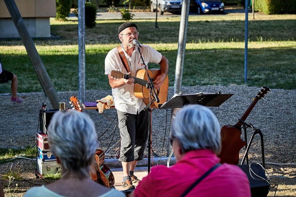 Peter Lippert bringt Musik in den öffentlichen Raum in Pirna und hat eine Botschaft. Hier hören ihm die Menschen auf einem Spielplatz auf dem Sonnenstein zu.