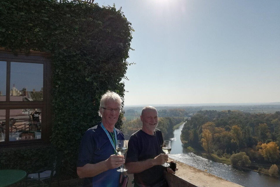 Goldschmied Carl Schelle (re.) und Ortschronist Wolfgang Seifert in Melnik. Von dem Restaurant hatten sie einen grandiosen Ausblick auf den Zusammenfluss von Elbe und Moldau.
