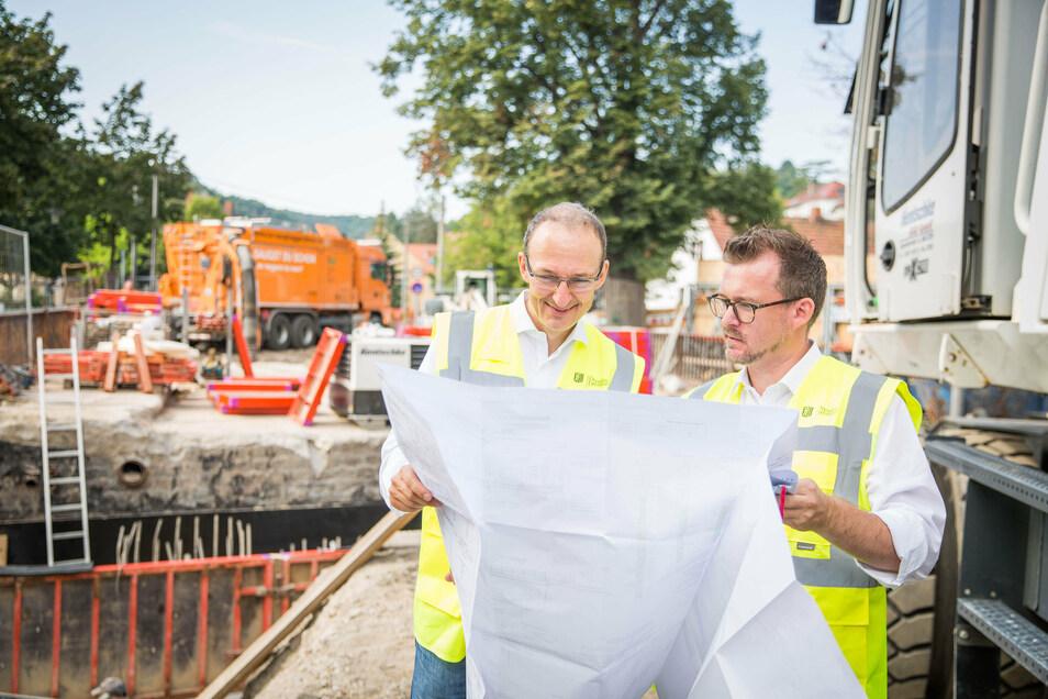 Robert Franke (l.), derzeit Chef im Straßen- und Tiefbauamt, und Baubürgermeister Raoul Schmidt-Lamontain studieren die Baupläne, nach denen die Brücke in Cossebaude neu gebaut wird.