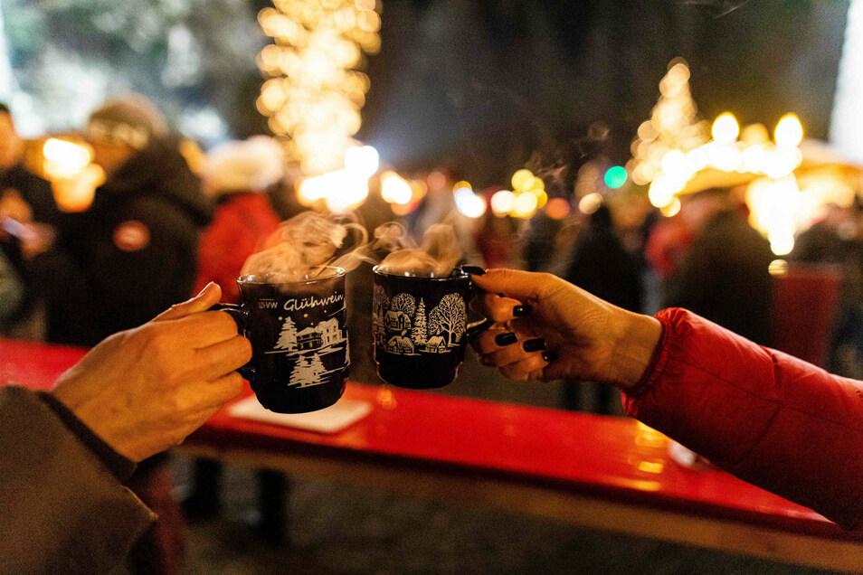 Zwei Besucherinnen stoßen in der Weihnachtszeit 2019 mit Glühwein an. Ob das auch dieses Jahr möglich ist?