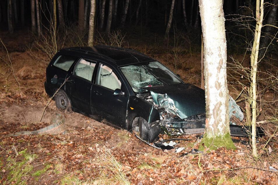 Der Ford Focus stieß gegen einen Baum. Die drei Insassen erlitten Verletzungen.