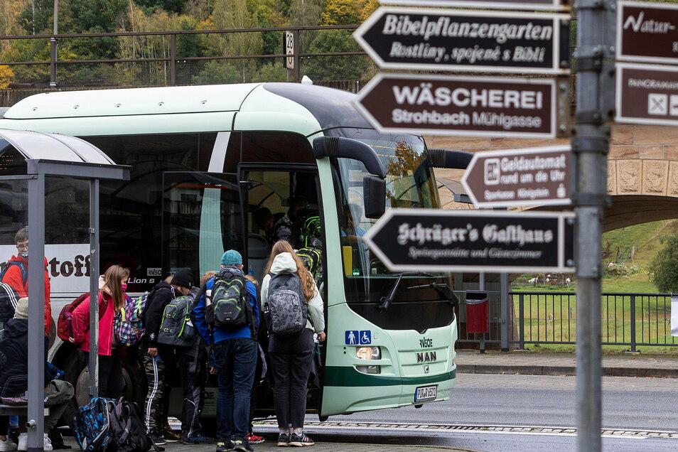 Gedränge am Schulbus wie hier in Königstein, offenbar ein sachsenweites Problem. Gibt es jetzt Entspannung?