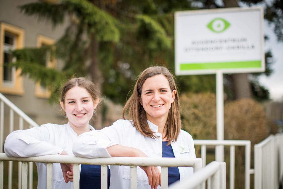 Die Augenärztinnen Leonore Pinzer und Elisa Untch (v.l.) bei der Eröffnung ihrer neuen Praxis in Ottendorf.