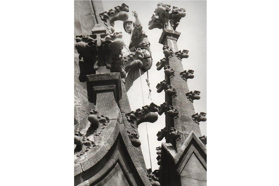 Es ging auch ohne Gerüste. 1993 übernahmen Industriebergsteiger Wartungsarbeiten, auch erfolgten einige Einsätze von Hubschraubern aus. Foto: Thomas Fiedler