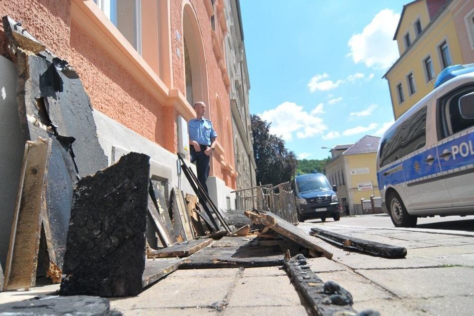 Die Trümmer der ausgebrannten Zimmer liegen auf dem Bürgersteig vor der Asylunterkunft in der Rauhentalstraße.