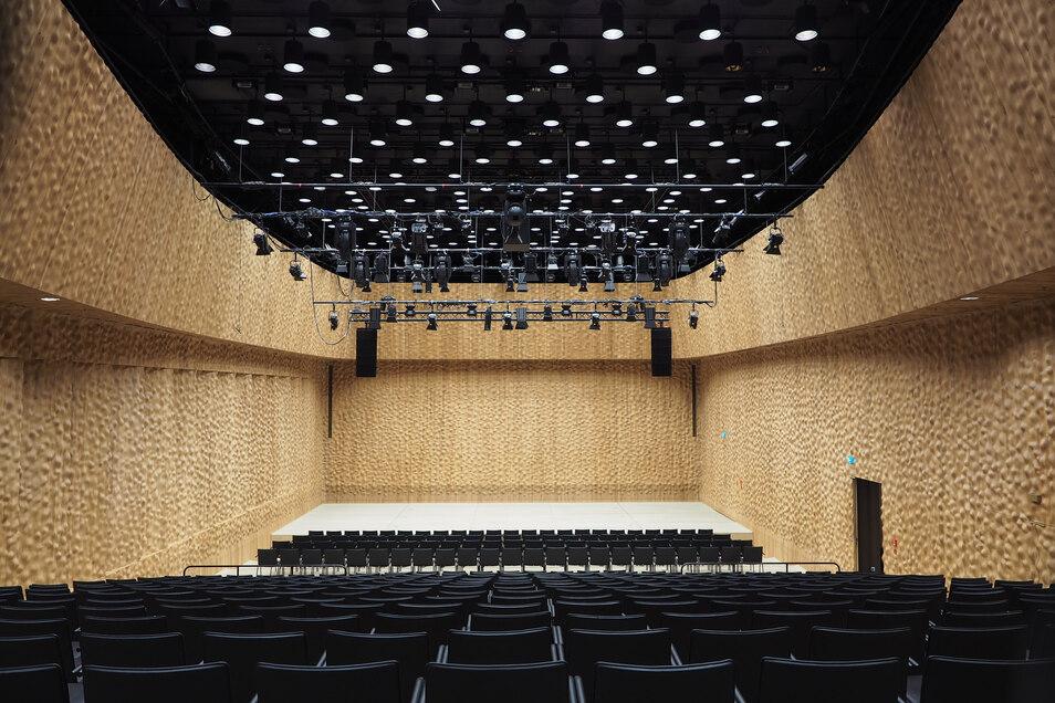 Der Kleine Saal hingegen ist vielfältig einsetzbar und modern gebaut: mit mobiler Zuschauertribüne und fahrbaren Bühnenelementen.