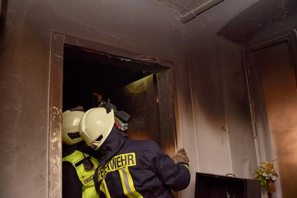 In dem Gebäude wurde eine Tür aus der Verankerung gerissen.