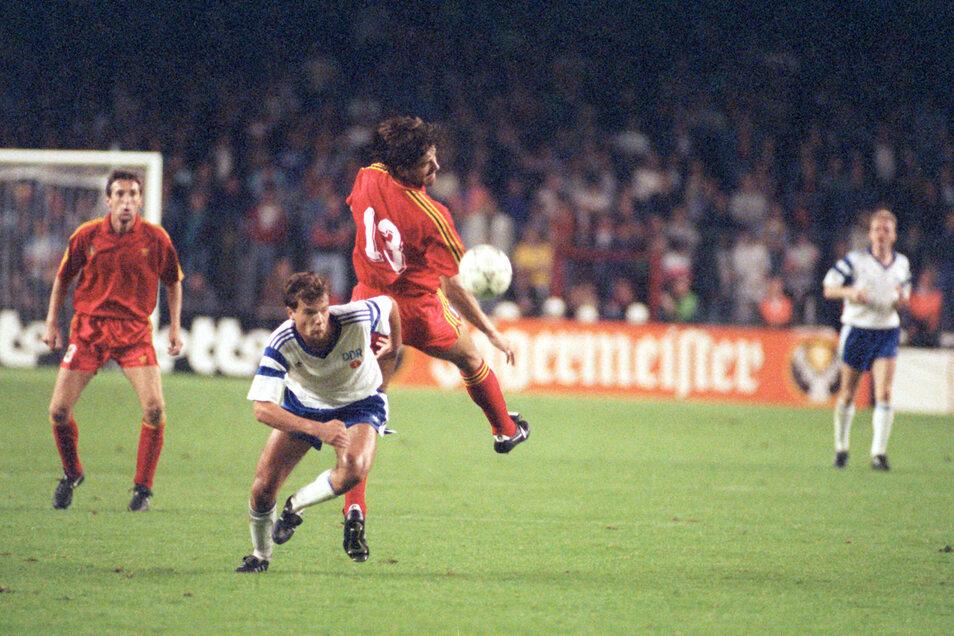 Uwe Rösler (M, unten) im Angriffszug, der belgische Abwehrspieler Albert (Nr. 13) verpasst den Ball.