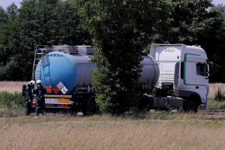 Aus diesem Lkw mit Tankauflieger trat eine zunächst unbekannte Flüssigkeit aus.