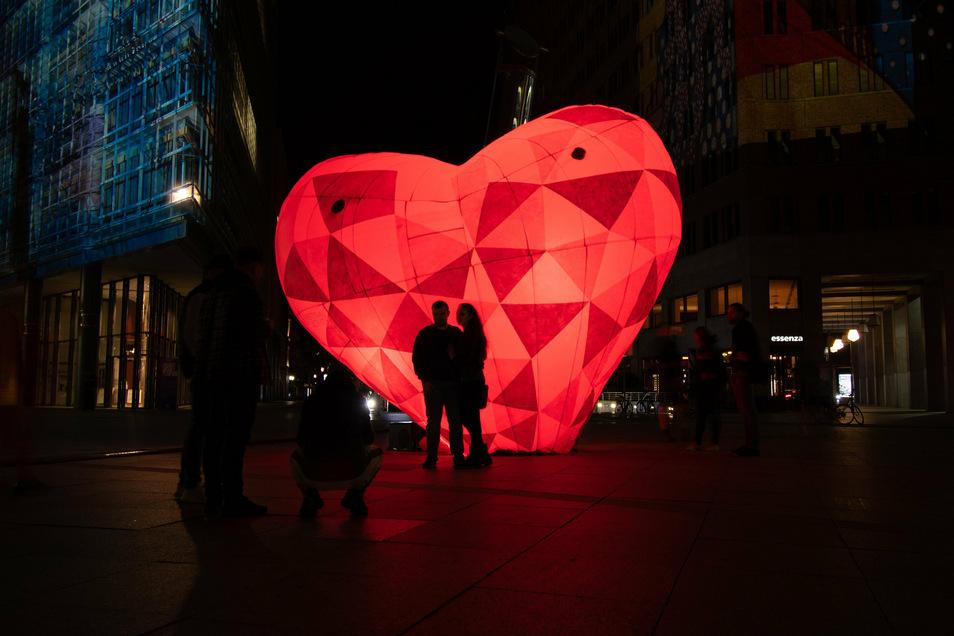 Ein großes illuminertes Herz. Es steht auch als Symbol in Pandemie-Zeiten. Corona-Viren können das menschliche Herz angreifen. Forscher versuchen das mit Biotechnologie zu verhindern. Im Landkreis Meißen steigen die Corona-Fälle wieder an.