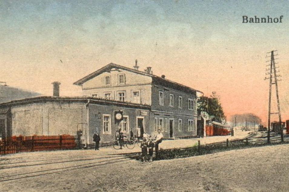 Auf historischen Aufnahmen ist festgehalten, wie der Taubenheimer Bahnhof in seiner Entstehungszeit um 1875 ausgehen haben muss.