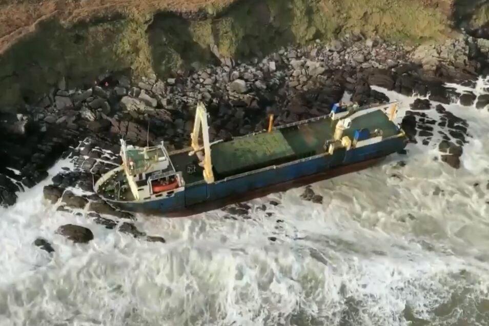 Sturm spült Geisterschiff an Küste