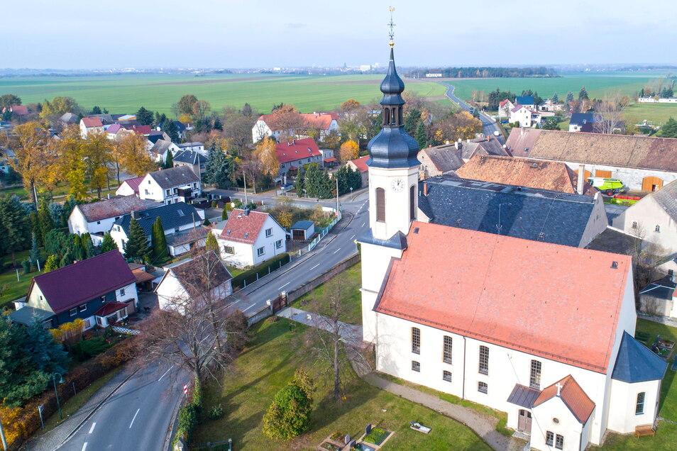 """Die Heydaer Kirche auf einem Luftbild von 2017. Das zur Gemeinde Hirschstein gehörende Dorf steht jetzt im Mittelpunkt der MDR-Sendung """"Unser Dorf hat Wochenende""""."""