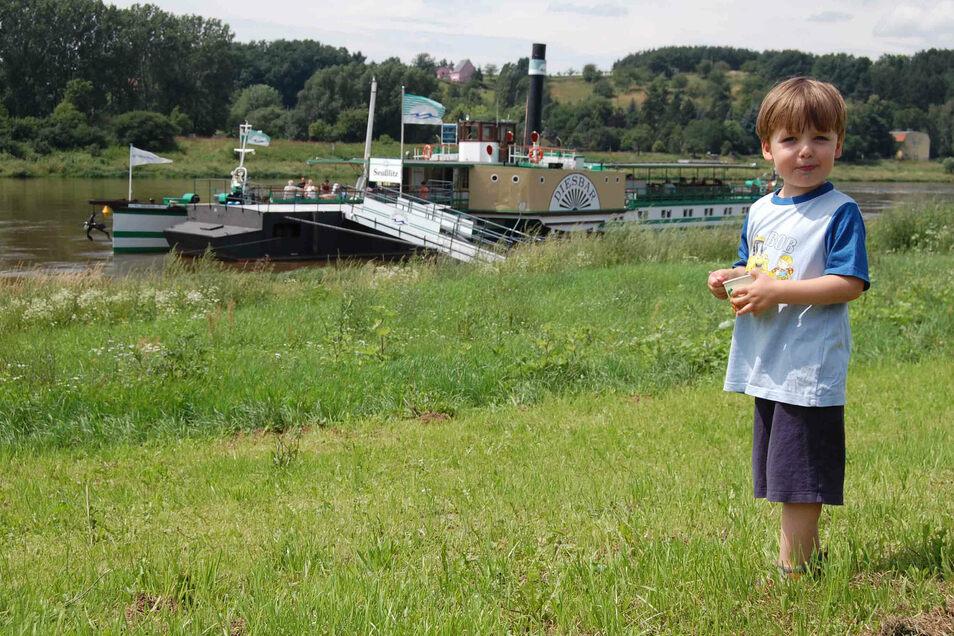 Schon als Dreijähriger kannte sich Sohn Konstantin bei den Elbedampfern bestens aus.