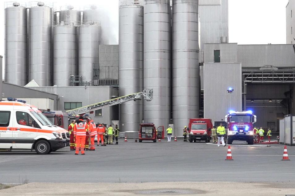 Bei dem Vorfall auf dem Firmengelände von Sachsenmilch in Leppersdorf waren am Freitag zahlreiche Feuerwehren und Rettungswagen im Einsatz.