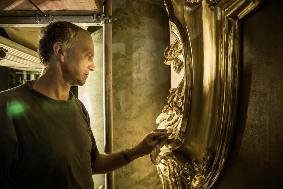 Mathias Steude muss nicht nur bei der Reinigung des Altarbild-Rahmens sehr vorsichtig arbeiten. Während der Sanierung des Hauptschiffs sind insgesamt etwa ein Dutzend erfahrene Restauratoren in der Hofkirche aktiv.