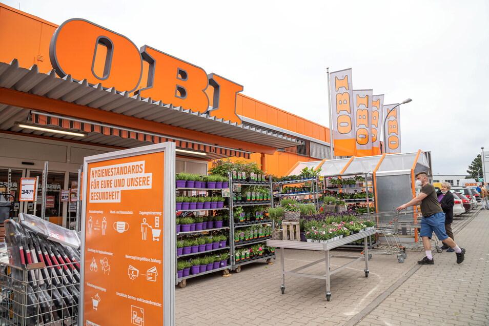 In den Obi-Markt in Niesky kommen die Kunden wieder als gäbe es keine Einschränkungen.