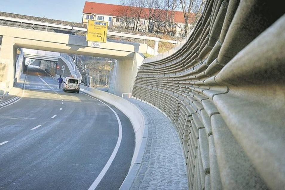 Die Ruhe vor dem Sturm: Am Tunnel der Westtangente stellen Handwerker letzte Details fertig. Heute wird dort die neue Bautzener Umfahrung eröffnet. Fotos: SZ/Uwe Soeder