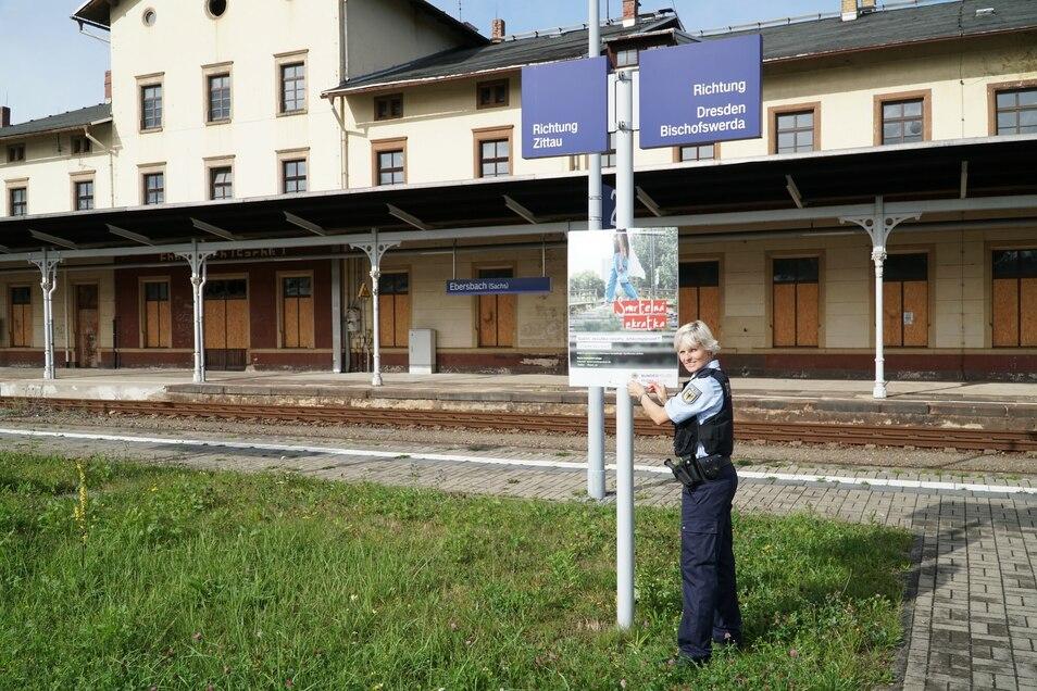 Jessica Große hat vor Kurzem ein Warnplakat am Bahnhof Ebersbach aufgehängt.