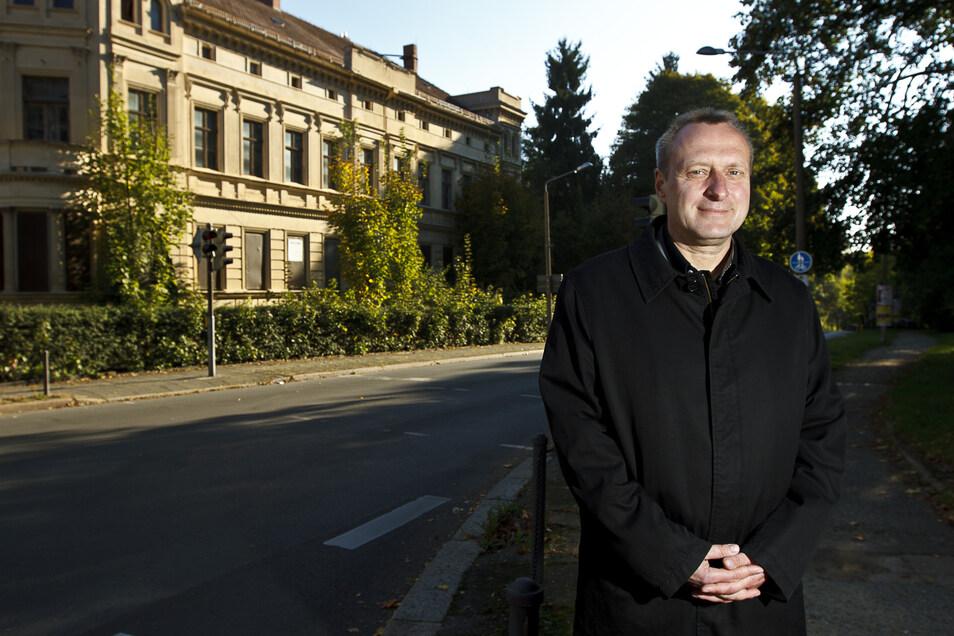 Da hatte er noch große Träume: Hagen Grothe vor der ehemaligen Zweiten Medizinischen Klinik an der Ecke Kahlbaum-Allee/ Moltke-Straße.