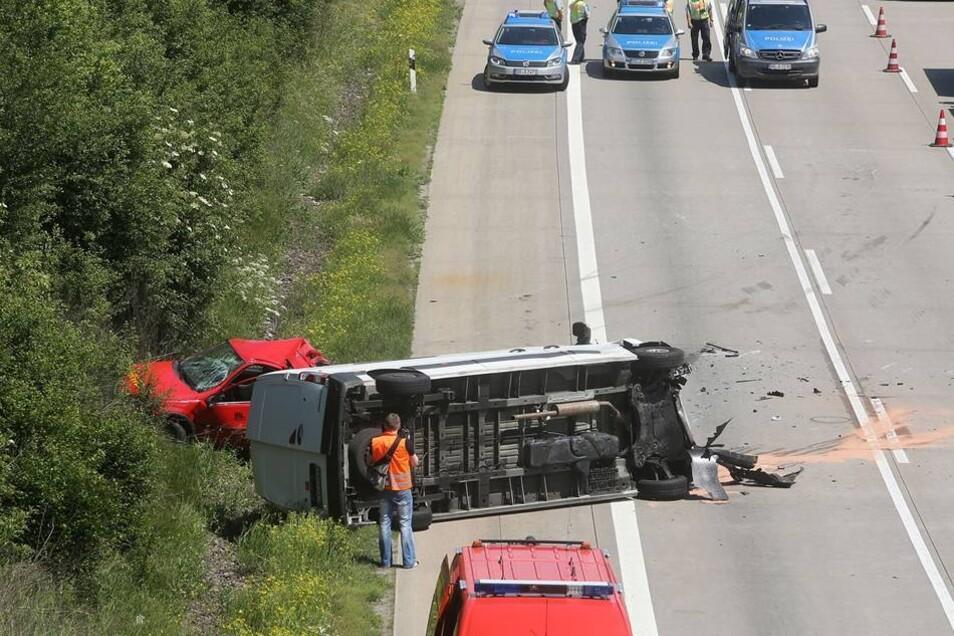 Der Kleinwagen schleuderte daraufhin von der Fahrbahn und wurde durch die Wucht des Zusammenstoßes stark beschädigt.