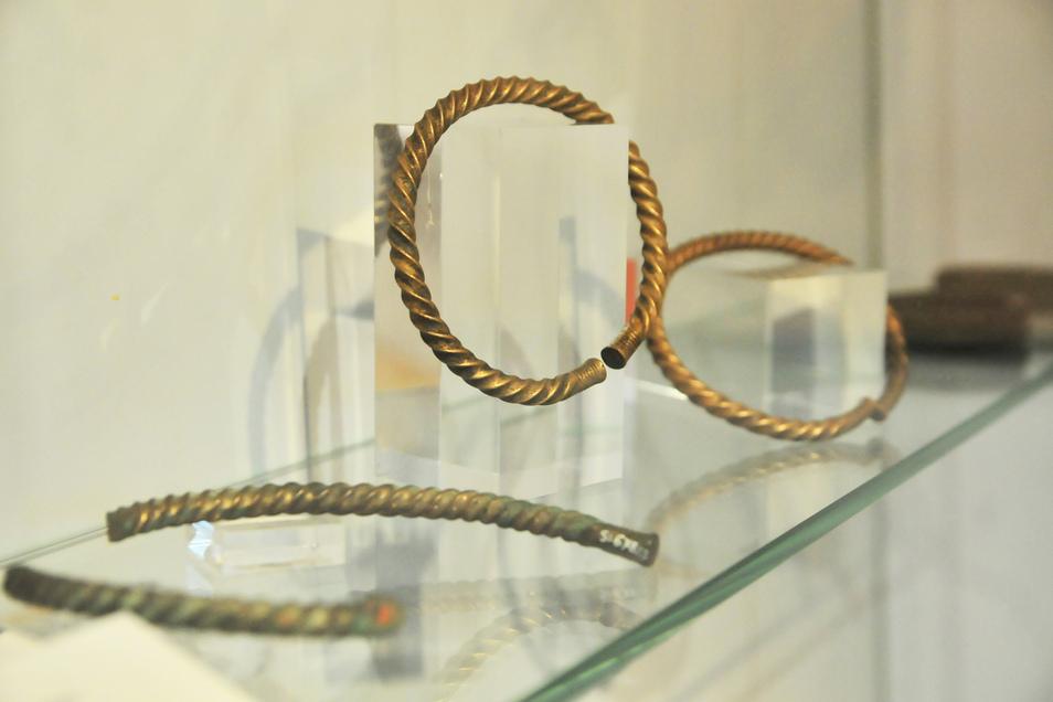 """""""Sachsens Geschichte unterm Acker"""" wird derzeit im Museum Alte Lateinschule gezeigt: Hier tordierte Bronzeringe mit strichverzierten Enden, die 1933 bei den Wiesen der Baudaer Mühle gefunden wurden."""