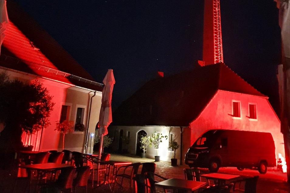Die Weinerlebniswelt erstrahlte in der Nacht zum Dienstag in rotem Licht.