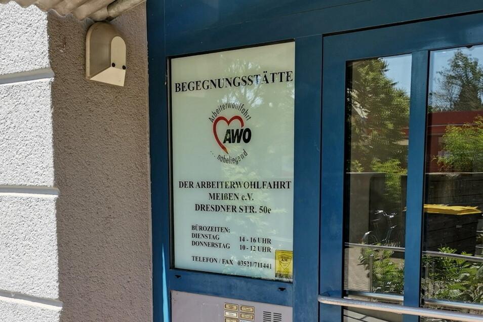 Ein Schild am Hauseingang weist auf die Begegnungsstätte der Arbeiterwohlfahrt in Meißen hin – und darauf, dass sie dienstags und donnerstags geöffnet ist.