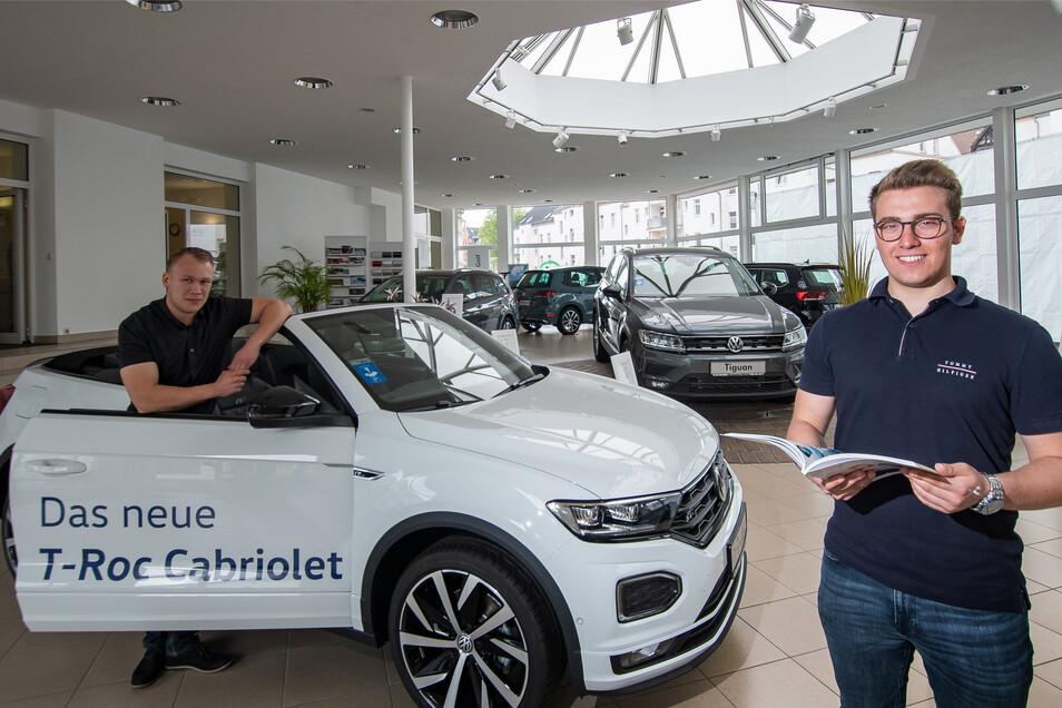 Verkäufer Maximilian Sabisch (links) und Martin Lischke warten im Autohaus Döbeln auf Kunden für den T Roc Cabrio.