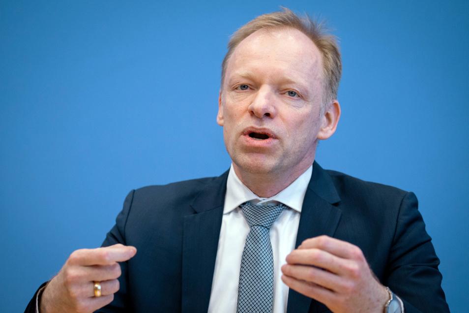 Prof. Dr. Clemens Fuest, Chef des ifo Institut plädiert für einen schrittweisen Ausstieg aus dem Corona-Stillstand